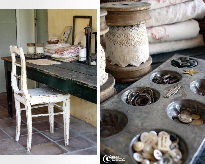 Un ancien moule à gâteaux sert de rangement pour des petits trésors de brocante