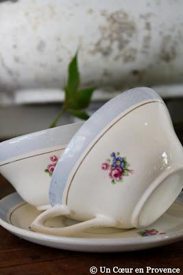 Tasse et soucoupes en porcelaine fleurie