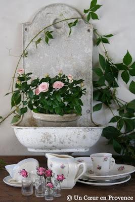 Ancienne fontaine de fontaine et vaisselle en porcelaine
