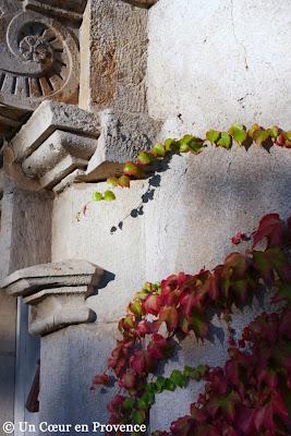 Détail d'un corbeau, support de balcon, avec sculpture en crosse