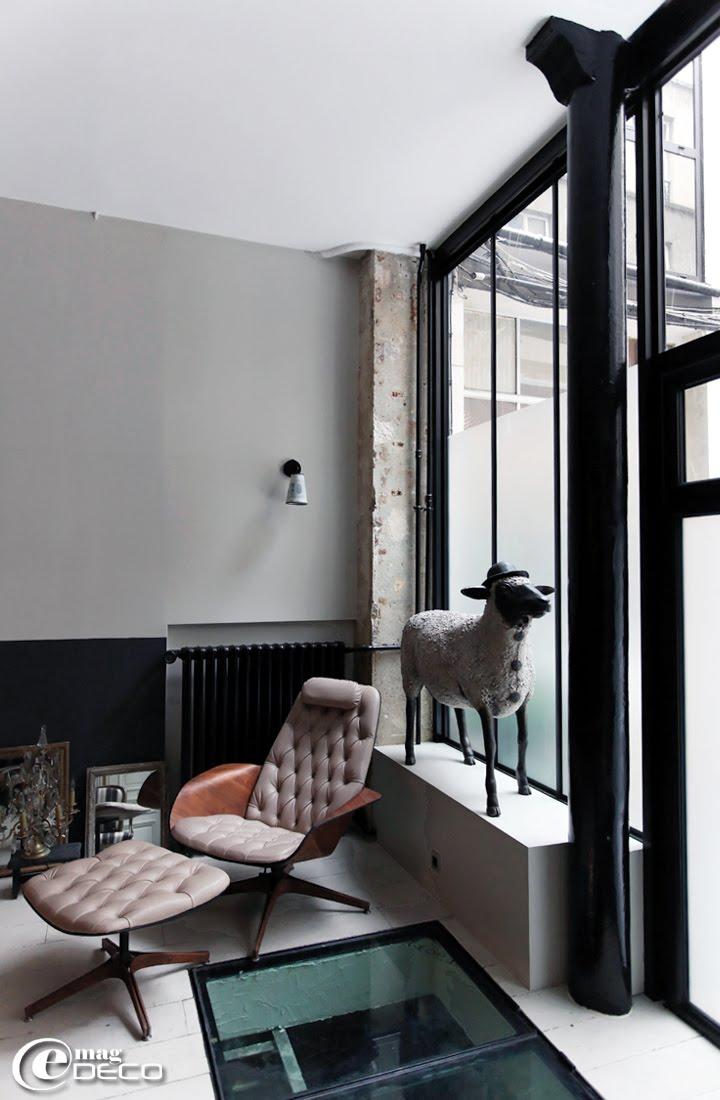 Fauteuil et son repose-pied Georges Mulhauser dans un loft parisien