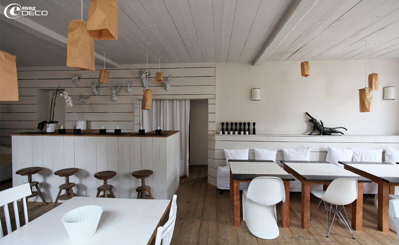 Le bar et la salle commune de l'hôtel La Féline Blanche mélange du mobilier design et chiné