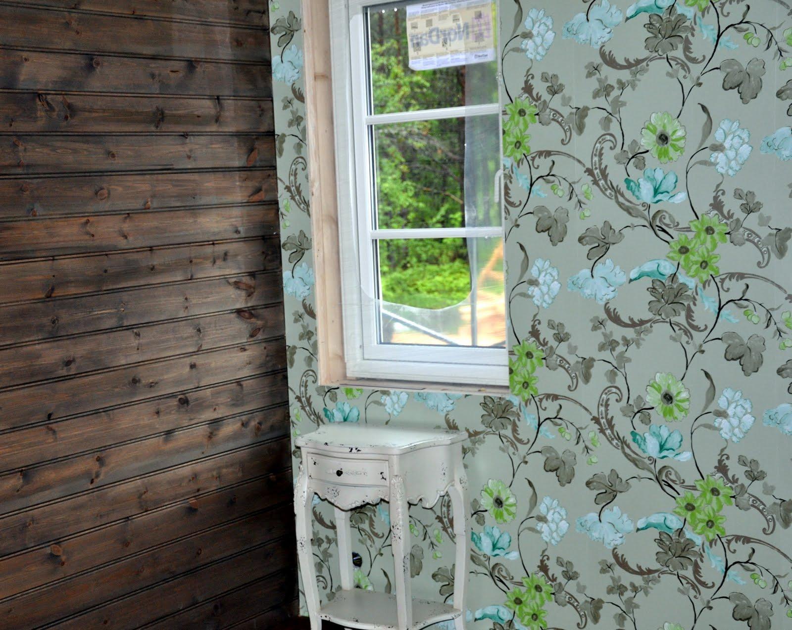 Huset i skogen: Ferdig beisede vegger og tapet p? soverom