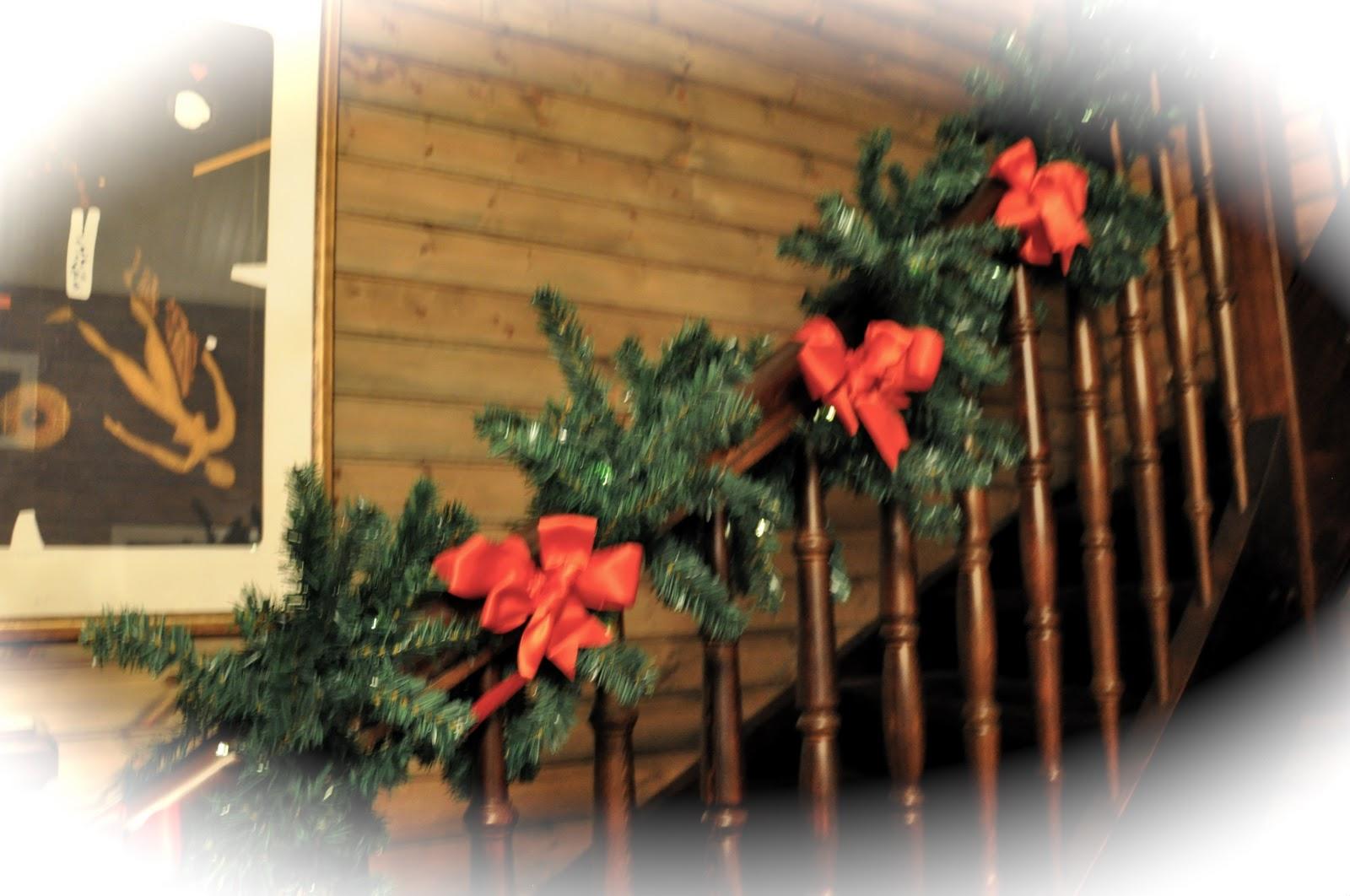 Huset i skogen: julepynt iii, girlander i trappa