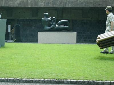 ヘンリームーアの彫刻の前で