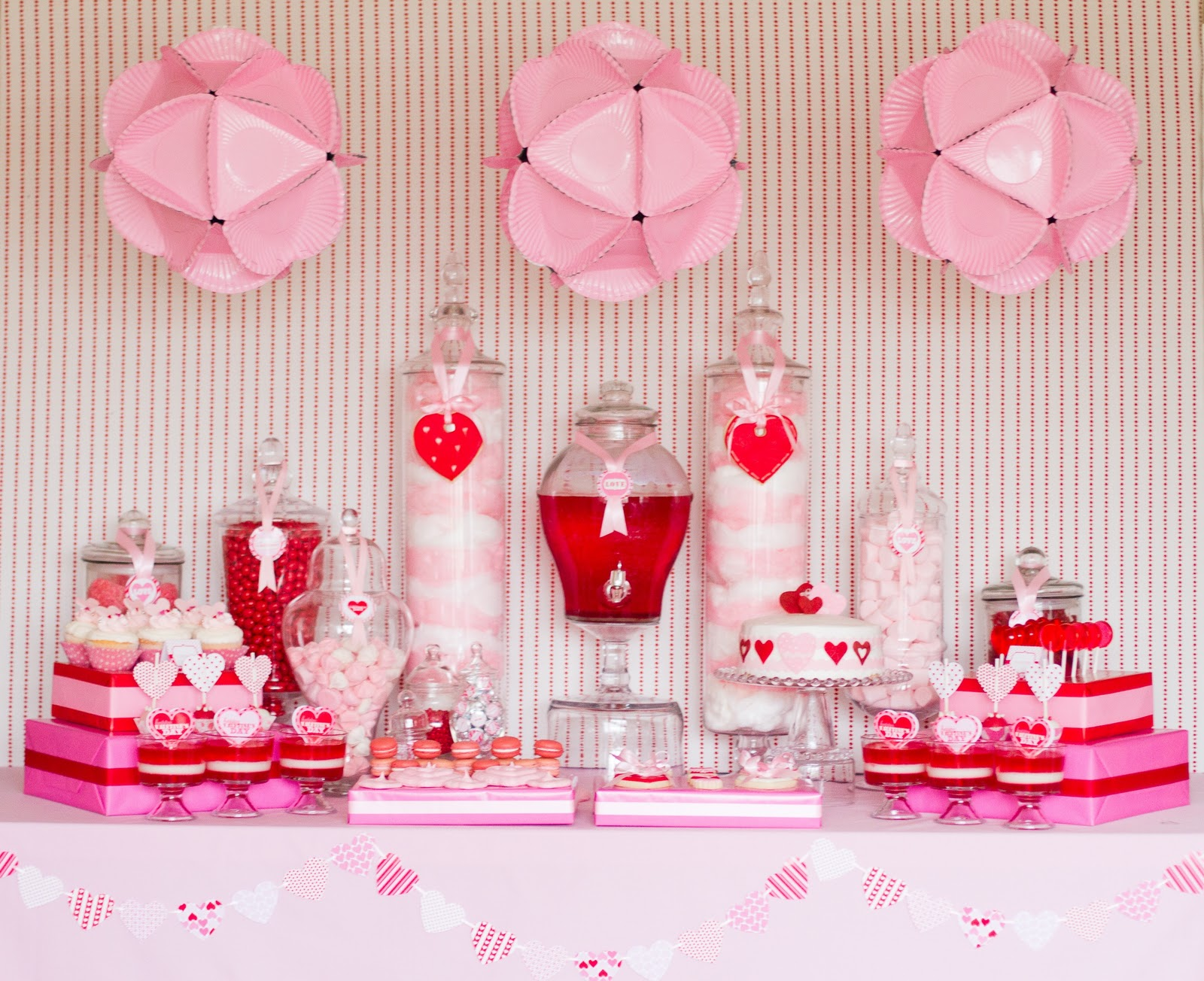 Swanky chic fete valentine 39 s day dessert tables for Table design for valentines day