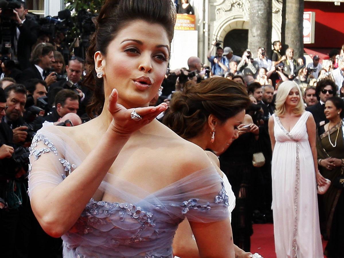 http://1.bp.blogspot.com/_KlIm5BowqHI/TSxx3N2uViI/AAAAAAAACow/qu7DPndI884/s1600/Aishwarya-Rai-Kiss-at-Cannes-2010.jpg