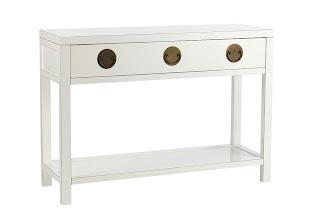 Mine første trekke, var å lete etter hvite orientalske møbler. Det ...