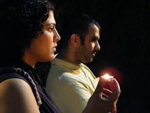 اضاءة شموع لروح محمود درويش