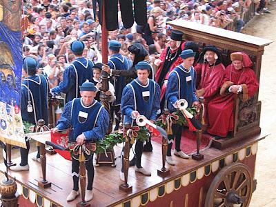 Palio di Siena, autoridades, a cidade medieval