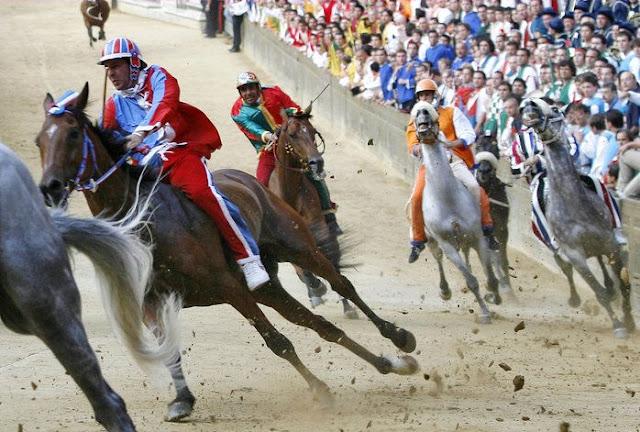 Palio de Siena, corrida, a cidad medieval.