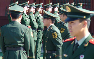 Policiais em Tiananmen, 100 000 controlam Olimpíada. Pesadelo chinês