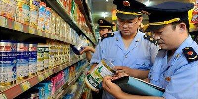 Polícia inspeciona leite em pó. O caso se repete