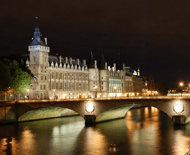 Fachada sobre o rio Sena. À esquerda a Torre do Relógio