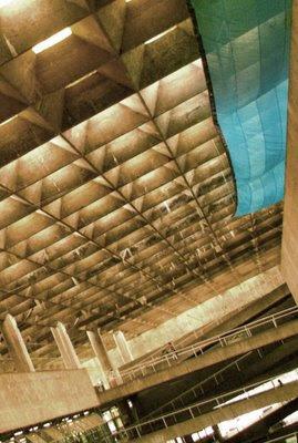 Faculdade de Arquitetura e Urbanismo (FAU) da Universidade de São Paulo, pano azul segura blocos
