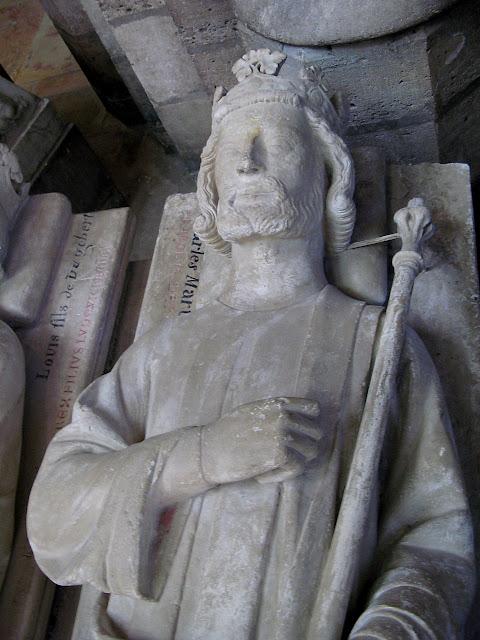 Carlos Martel recebeu do Papa Gregório III o título de Herói da Cristandade. Ele está sepultado na abadia de Saint Denis de Paris, necrópole dos reis da França.