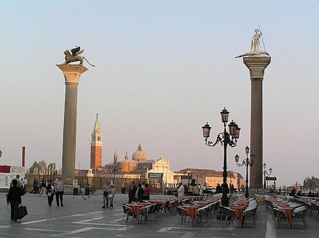 Em Veneza, tudo está carregado de cores, sons e hipérboles