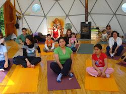 clase de yoga para los papitos con sus niños en el  primer cumpleaños del domito