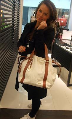 Den här väskan är en klassisk modell som finns både i den här gräddfärgen 956eb1289fe9c