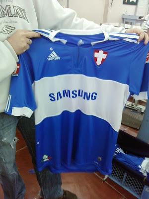 A faixa horizontal branca relembra as camisas do tempo de Palestra Italia   e ao invés do escudo do Palmeiras 33fccc5c4133b