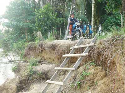 Melihat Salah Satu Kampung yang Terkena Abrasi di Tepian Sungai Kampar