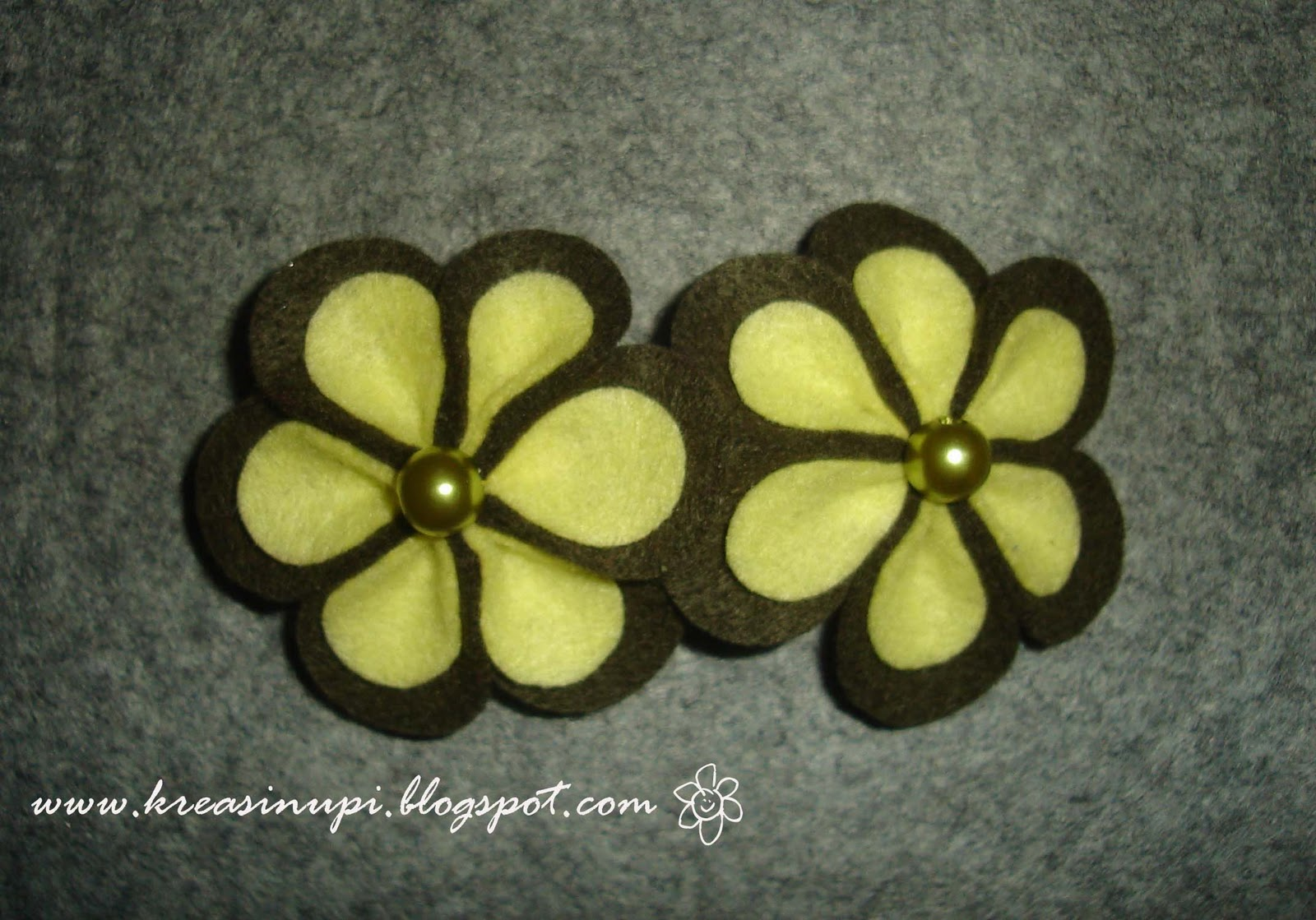Tempelkan aplikasi bunga flanel pada jepit rambut menggunakan glue