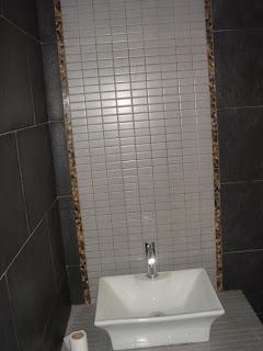 affordable bao con azulejos rectificado en negro tanto como en paredes como en suelo levantado de tabique con decoracion de paves para la ducha y asi with