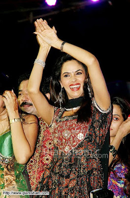 Mallika Sherawat's Nagin dance at Navratri Event3