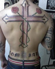 Espalda cruz y letras.
