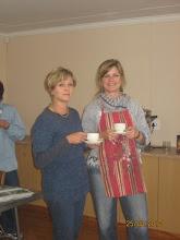 Celia en Merna geniet 'n koffie-breuk