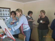 Merna  Pretorius verleen hulp tydens teetyd