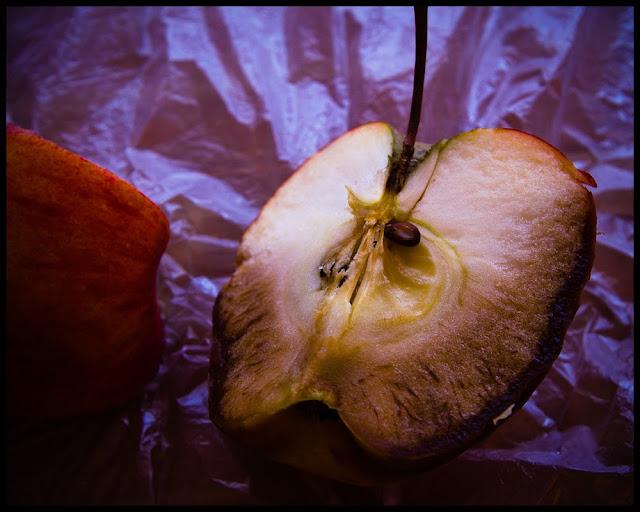 Martwa natura. Zgniłe jabłko. fot. Łukasz Cyrus, Ruda Śląska