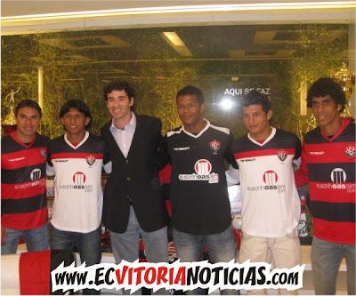 André brito (Penalty) e jogadores do Vitória