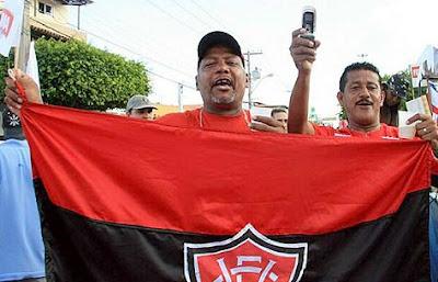 Foto: Torcedor Vitória com bandeira