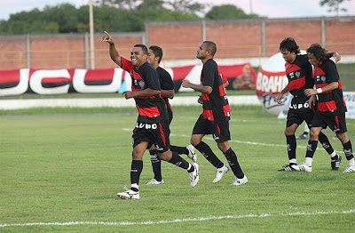 Foto: Nadson comemorando o gol
