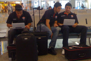 jogadores no aeroporto