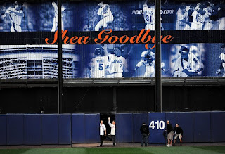 Former Mets Tom Seaver and Mike Piazza wave goodbye to Shea fans from the field in a post game ceremony after the last regular season baseball game ever played in Shea (Al Bello/Getty Images)
