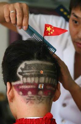 Cina: un taglio di capelli decisamente... patriottico