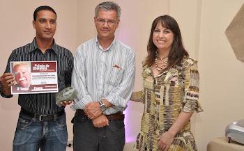 Repórter Régis Santos   recebe premiação