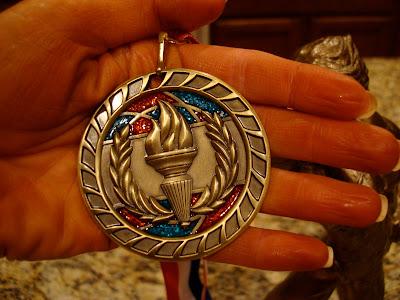 Hand holdig a medal