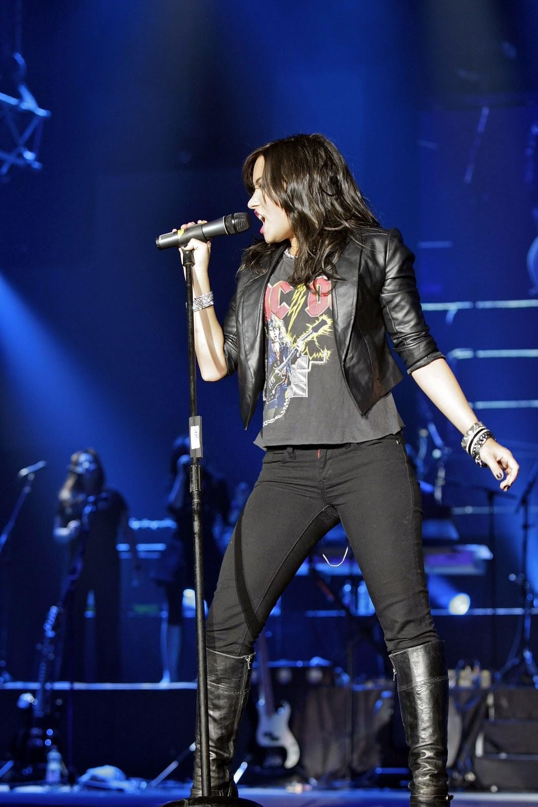http://1.bp.blogspot.com/_LRzFEyAOGAA/TQCkWug1ogI/AAAAAAAADlI/VFWpTZqE9Sk/s1600/DemiLovato_Wembley_Concert_12.jpg