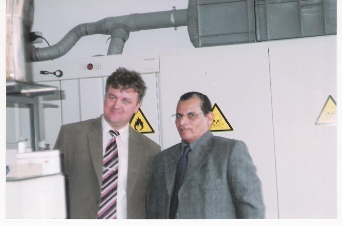 حسام مازن وبروفيسور مارتن بليك أستاذ الكيمياء وتدريسها بدولة سلوفاكيا