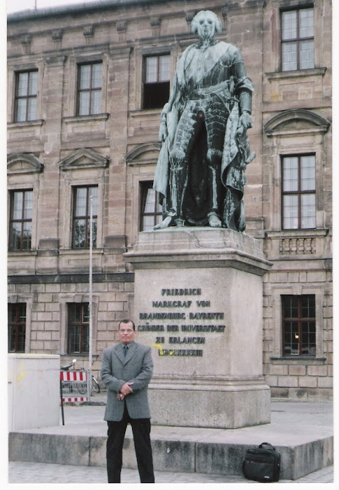 حسام امزن بجوار تمثال فريدرك مؤسس جامعة إيرالنجن-نورنبيرج الألمانية
