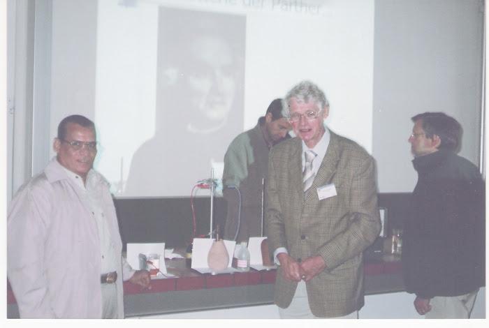 مازن وأحد علماء الكيمياء الألمان في محاضرة له بجامعة نورنبيرج الألمانية