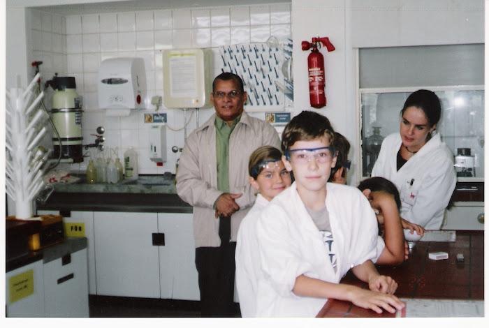 حسام مازن في أحد معامل الكيمياء بألمانيا وتعليم الكيمياء للصغار