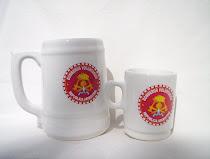 Chopera y jarrito de café con escudo de bomberos voluntarios