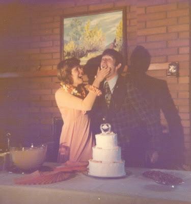 http://1.bp.blogspot.com/_LX2sbdSb3zk/SM3VNpGHfHI/AAAAAAAAAIs/XAlH5hyqPQU/s400/Sue+%26+Todd+Wedding+Day+Cake+April+18+1975.jpg