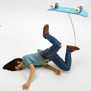 juguete de skater cayéndose, Lettus Bee por Andy Jenkins