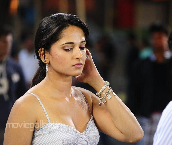 Anushka Shetty Bhadra Tamil Movie Cute Wallpapers