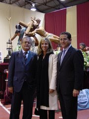 LOS CONCEJALES SILVESTRE SENENT,MARTA TORRADO Y JORGE BELLVER CON LA CRUCIFIXION DEL SEOR